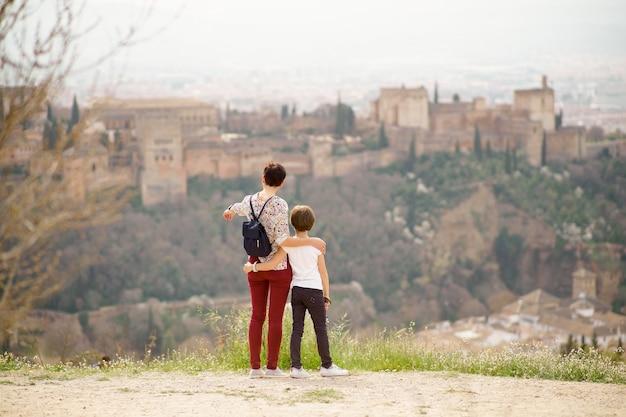 母と小さな娘がアルハンブラ宮殿を見て