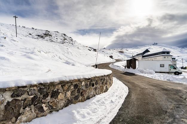 冬には雪に覆われたシエラネバダのスキーリゾートの道。