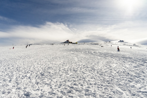 シエラネバダの雪山で楽しんでいる人