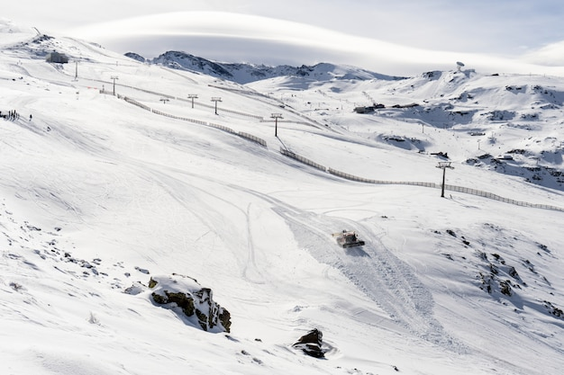 Горнолыжный курорт сьерра-невада зимой полон снега