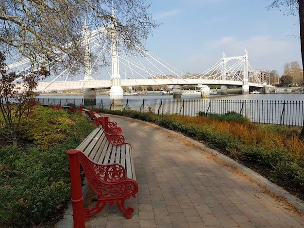 アルバート橋、ロンドン、イギリスのビュー。