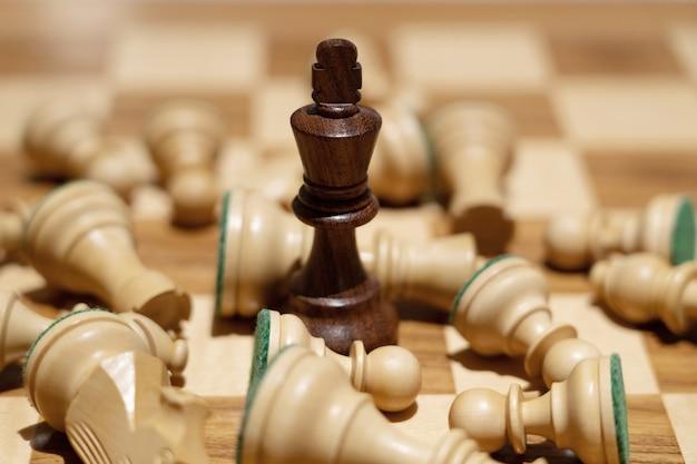 黒の女王はビジネスコンセプトのチェスゲームでチームとの勝利