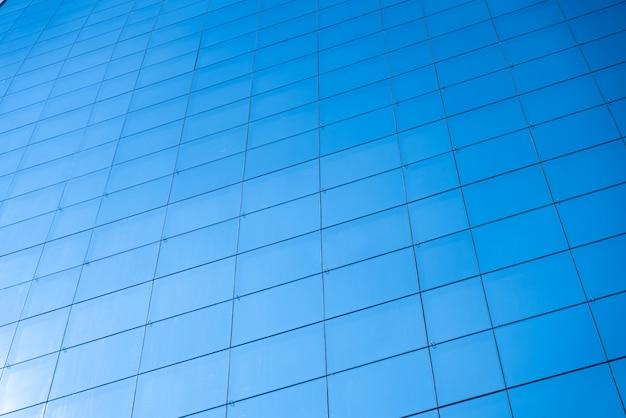 事務所ビルの青いガラス窓の背景