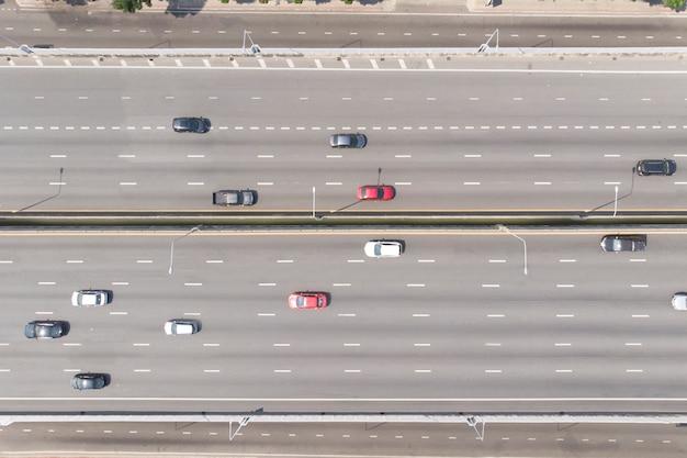 Вид с воздуха сверху вниз автомобилей на скоростной улице