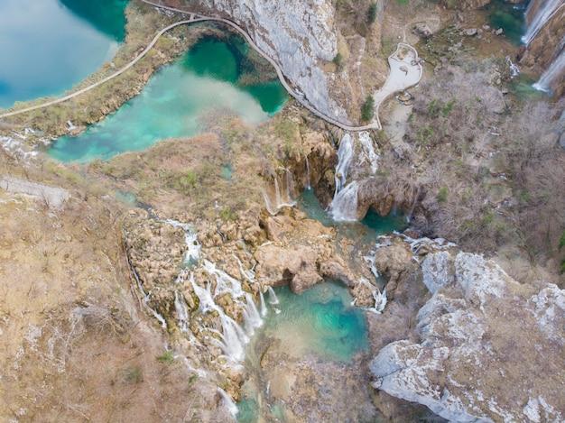 プリトヴィツェ湖群国立公園の滝の空撮