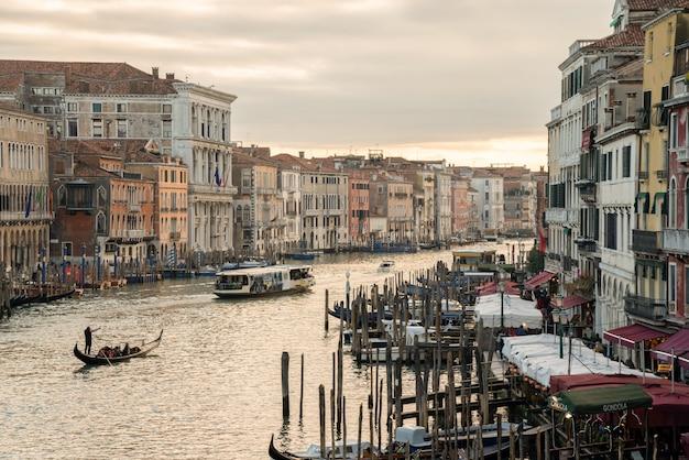 イタリア、ベニスの大運河で夕日の眺め