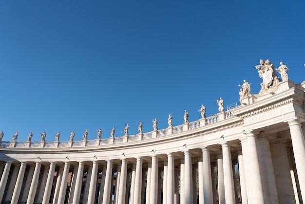 Левое крыло колоннады и статуй святого петра в ватикане
