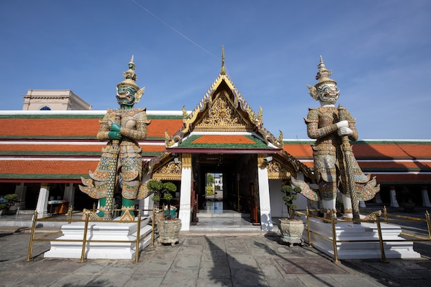 タイのバンコクのワットプラケオ(グランドパレス)のドアの前に立っている巨大な悪魔の守護者