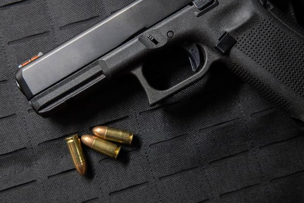 Пистолет с пулями на пуленепробиваемом жилете