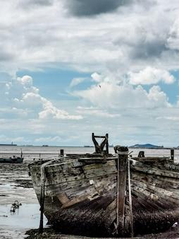 ビーチでの古いボートと損傷ボート