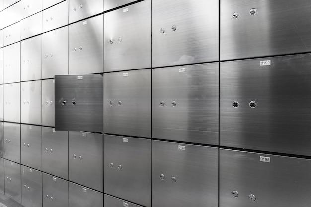 開いたものが付いている金属の安全箱のパネルの壁。セキュリティーおよび銀行保護の概念。