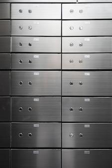 金属製のセーフティボックスパネル壁。セキュリティーおよび銀行保護の概念。