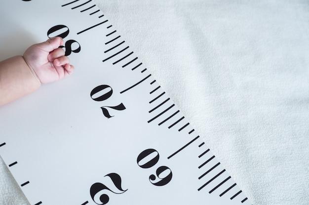 Рука для новорожденных и рулетка: концепция роста, роста, развития ребенка