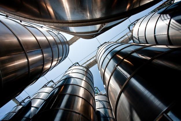 工場の石油化学サイロのグループ