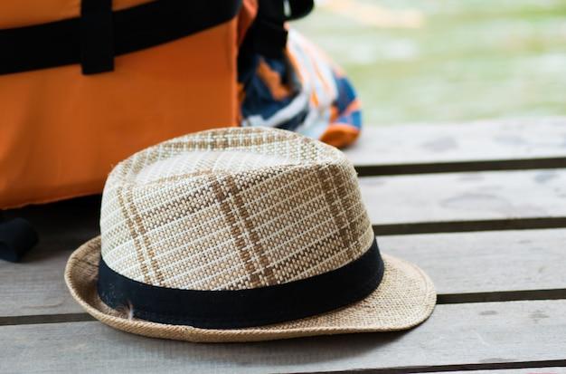 木製の背景に流行に敏感な帽子