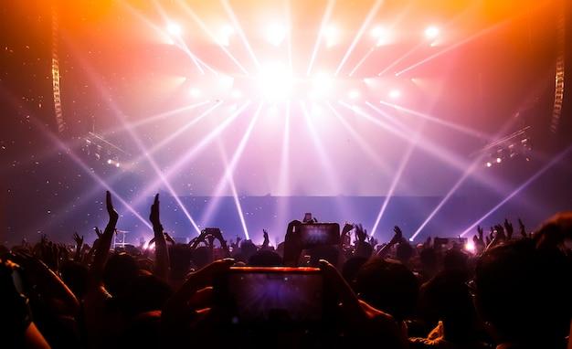 ナイトクラブパーティーコンサートでハッピーピープルダンス