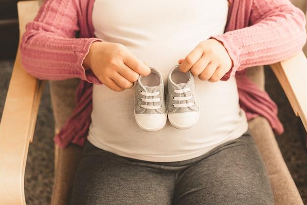 幸せな妊娠中の女性と期待して赤ちゃん。