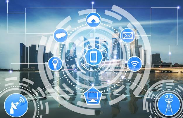 無線通信ネットワークのアイコンとスマートシティのスカイライン。