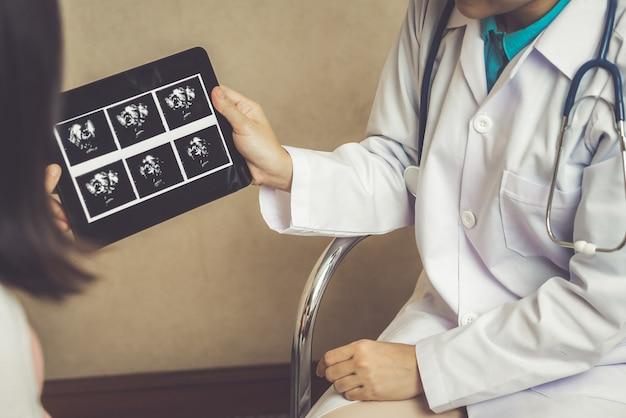 妊娠中の女性と病院の婦人科医医師
