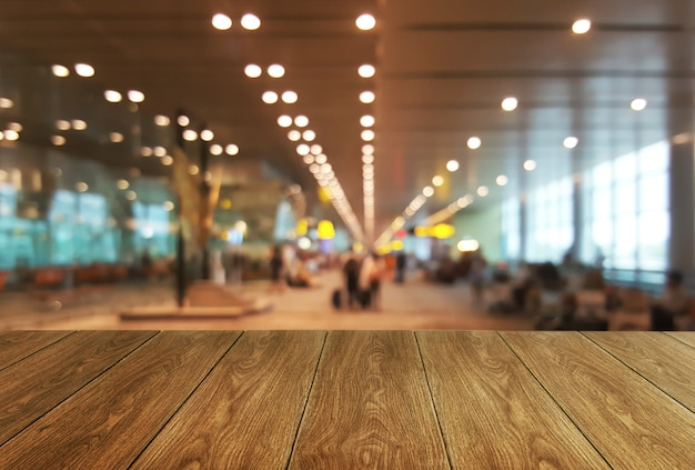 大会議室の背景の木のテーブル。