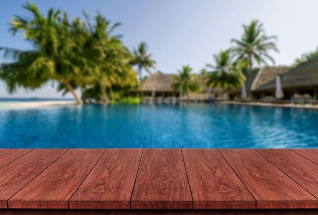 Деревянный стол в летний курорт отпуск.