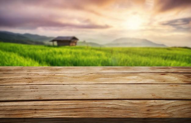 夏の農場の緑の風景の中の茶色の木のテーブル。