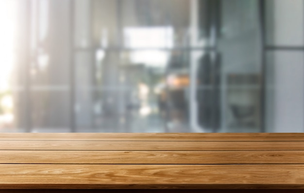 市内中心部の近代的なオフィスの背景の木のテーブル