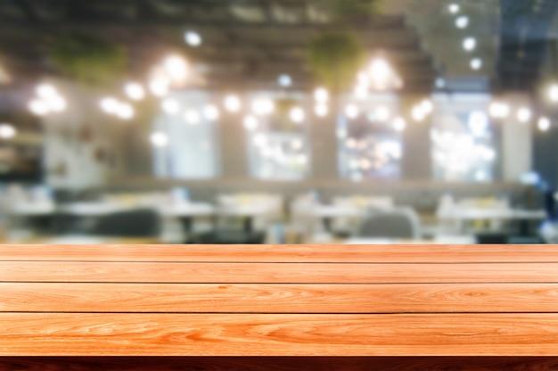 Деревянный стол в размытия фона современного ресторана