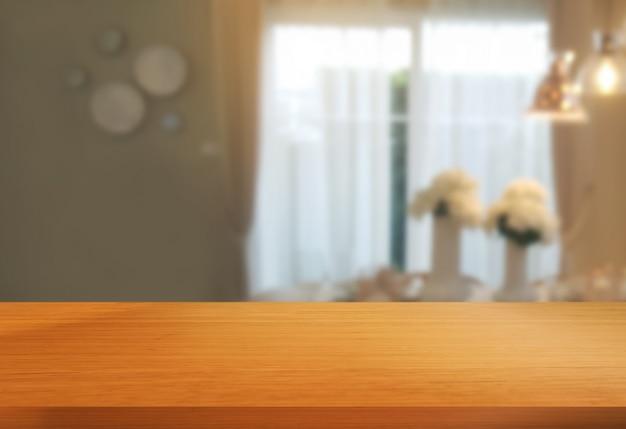 Деревянный стол в современном домашнем номере украшения.
