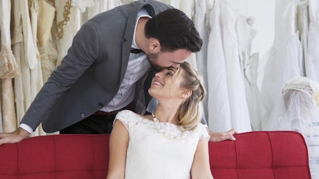 Жених и невеста в свадебном платье готовят церемонию.
