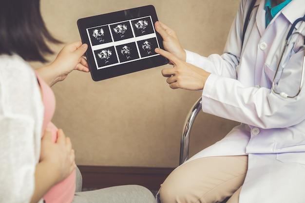 妊娠中の女性と病院の婦人科医