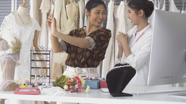 Будущая невеста клиент разговаривает с лавочником свадебного магазина