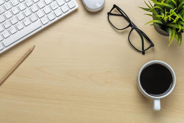 オフィスデスクのワークスペースとテーブルの背景。