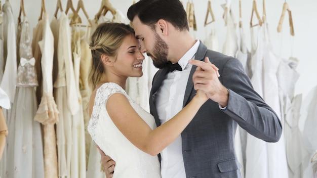 ウェディングドレスの新郎新婦は、式を準備します。