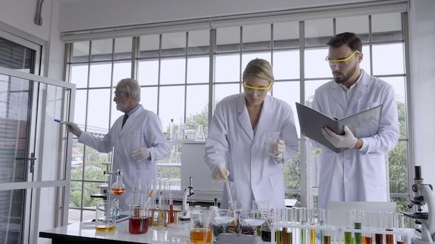 Работа ученого с научным оборудованием в лаборатории. концепция научных исследований.