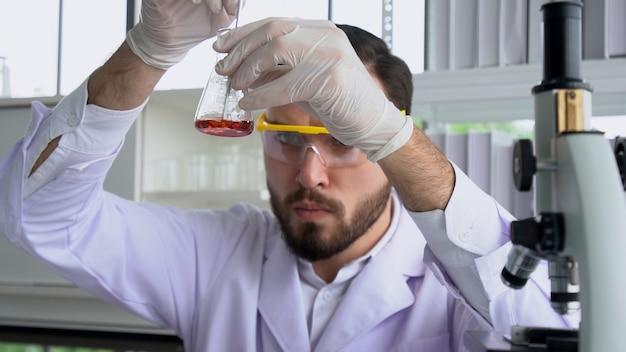 科学者は、実験室で科学機器を使用します。科学研究コンセプト。