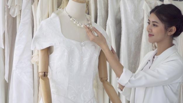 彼女の今後の結婚式のためのウェディングドレスを選択する将来の花嫁。