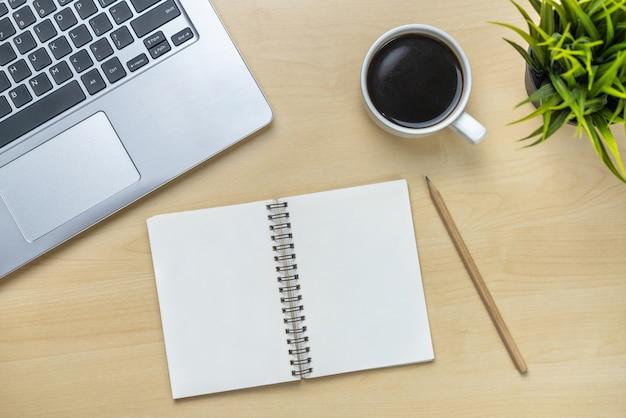 オフィスデスクのワークスペースとテーブル。