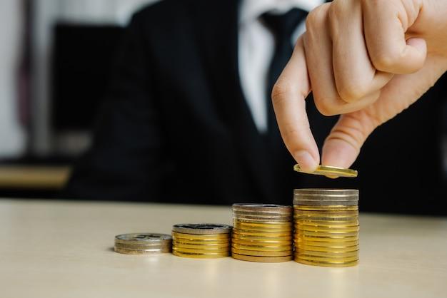 コインお金通貨で働くビジネスマン。