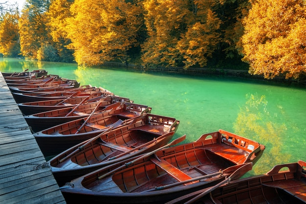 Парковка парусных лодок в плитвицкие озера хорватия.