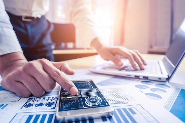ビジネスマンは、株式市場調査のデータを分析します。