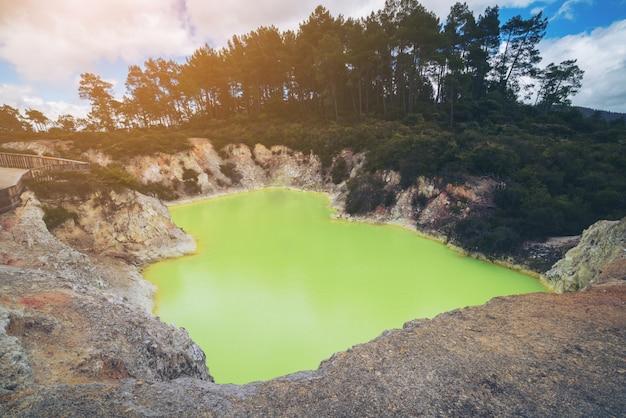 Пещерный бассейн дьявола в вай-о-тапу, роторуа.