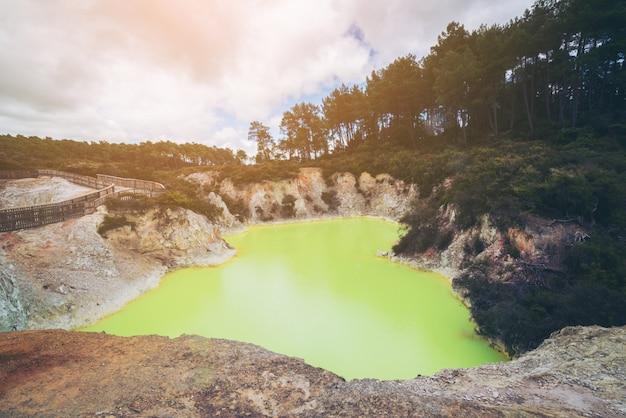 ロトルアのワイオタプにある悪魔の洞窟プール。