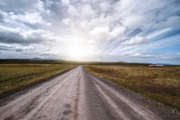 田舎の風景を空の未舗装の道路。