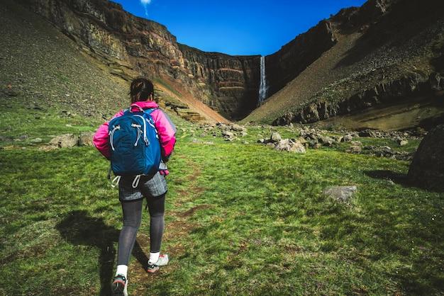 アイスランド、ヘンギフォスの滝でハイキングする旅行者。