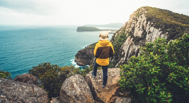 オーストラリア、タスマニア州タスマン半島でのトレッキング。