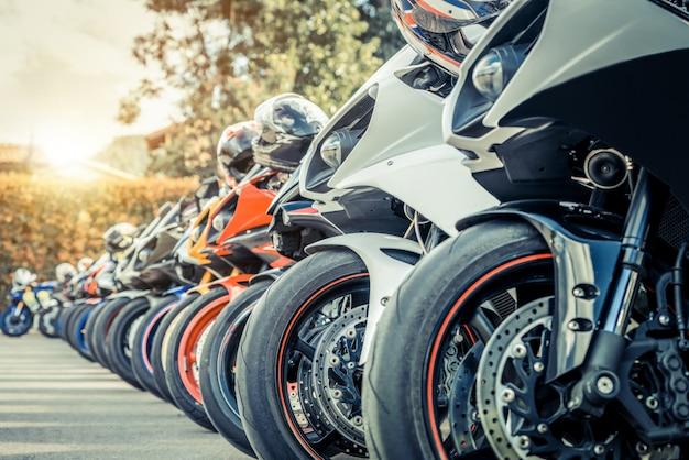 夏の街にオートバイグループ駐車場