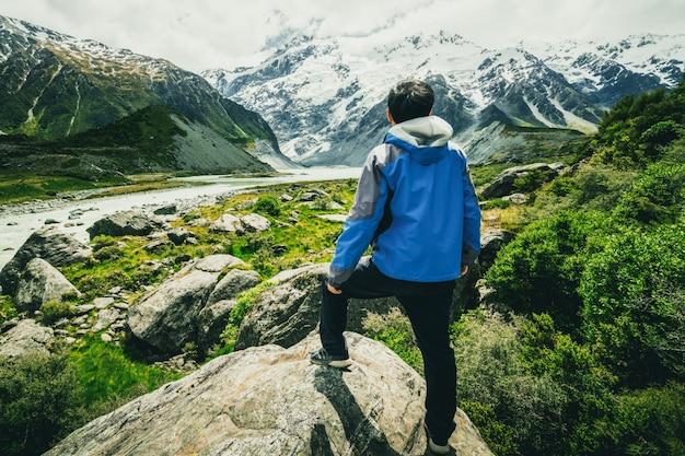 Человек путешествует в горном хребте пейзаж