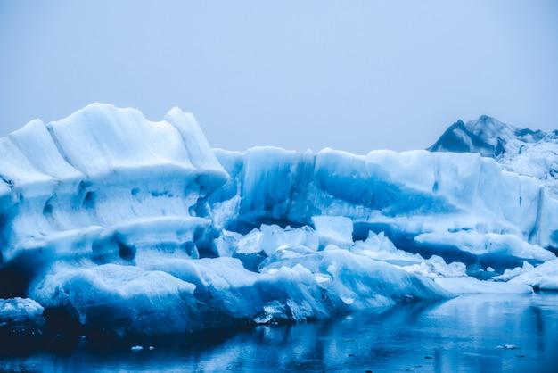 アイスランドの手配氷河ラグーンの氷山。