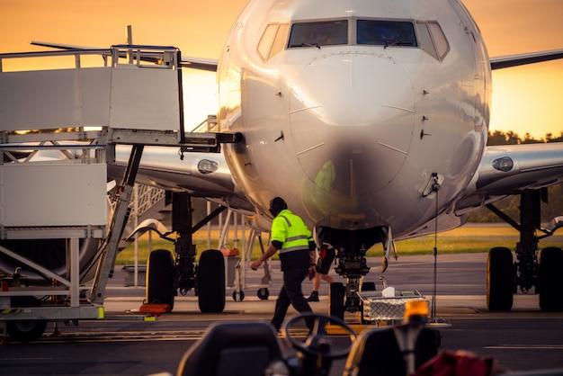タスマニア州の日没時の空港滑走路の飛行機